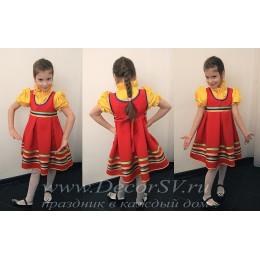 Детский танцевальный костюм: красный сарафан + желтая блузка.