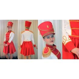 Костюм мажоретки красно-белый: мундир, юбка и кивер.
