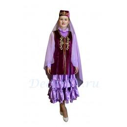 Татарский национальный костюм: платье с воланами, жилетка и головной убор с вуалью.