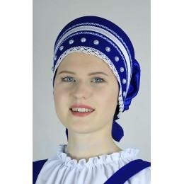 Кокошник закрытый с белой тесьмой, белыми бусинами и плетеным белым кружевом. Цвет синий.