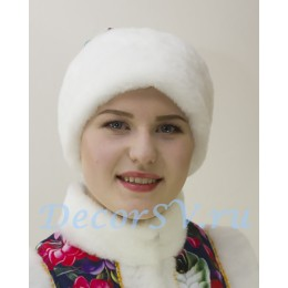 Шапка-платок с белой опушкой.