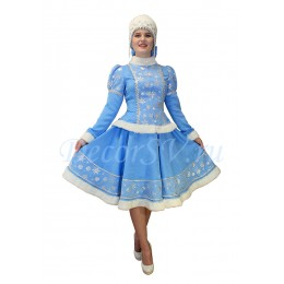 Новогодний костюм Снегурочки со снежинками и мехом: жакет, юбка и кокошник шапочкой.