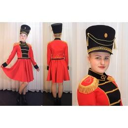 Костюм мажоретки красно-черный: мундир, юбка и кивер.