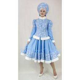 Новогодний костюм Снегурочки со снежинками и мехом: жакет, юбка и кокошник.