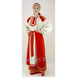 Русский народный костюм: платье с поясом, фартук и повязка на голову.