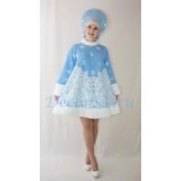 Новогодний костюм Снегурочки: шубка меховая и кокошник со снежинками.