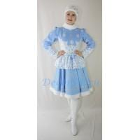 Новогодний костюм Снегурочки: жакет, короткая юбка и меховая повязка.