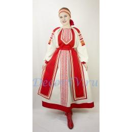 Русский народный костюм: рубаха, юбка и повязка на голову.